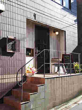 """2017年1月に奥神楽坂エリアにオープンした『洋食オリホン』。オーナーさんのお父さんが経営していた「熊木折本所」をリノベーションした店舗です。""""折本""""が店名の由来になっているんですね♪"""