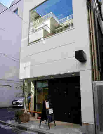 東銀座の歌舞伎座裏手にひっそりと佇むお店です。朝は9時からオープンしているので、通勤途中にコーヒーをテイクアウトしたりモーニングを楽しむお客さんもいらっしゃいます。
