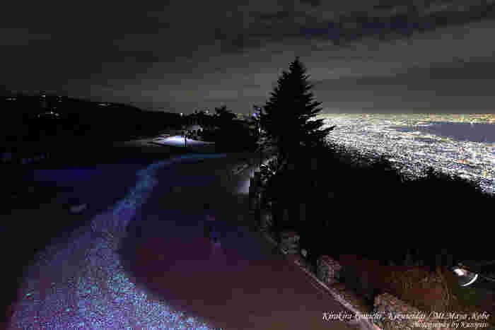 遊歩道に蓄光石が埋め込まれた「摩耶★きらきら小径」。天の川をイメージして作られ、オリオン座などの星座も配置されています。きらきら光る道を歩きながら夜景を眺めれば、非日常的でファンタジックな心地になれます。