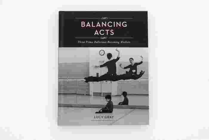 """肉体的・精神的な鍛練に加えて、高度な演技力も要求されるバレエダンサーという仕事。その中でも頂点を極めた、ほんの一握りの女性ダンサーだけに与えられるのが「プリマ・バレリーナ」という称号です。続いてご紹介する『BALANCING ACTS』は、サンフランシスコ・バレエ団に所属する3名のプリマ・バレリーナを、14年間に渡り撮影し続けたドキュメンタリー写真集。トップダンサーの道を歩みながらも、出産・子育てを決意した女性たちの""""逞しく美しい姿""""が映し出されています。"""