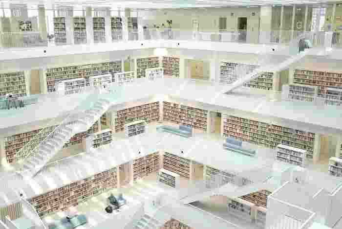 スマホで電子書籍を閲覧できる時代ではありますが、ぜひオススメしたいのは、「図書館で本を借りる」という行為。 雑誌でも、気になる小説でも構いません。