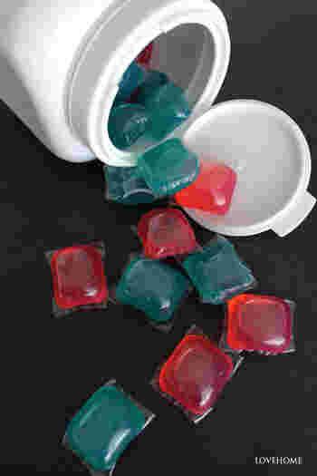 洗濯用洗剤はジェルボール派の方は、口が大きく開く保存容器に入れ替えるのが◎中身が透けないものを選ぶと、シンプルに見せることができます。