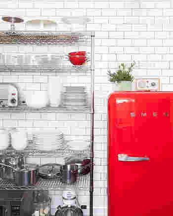 白い空間にビビッドな赤の冷蔵庫。これだけで映画のワンシーンのような絵になる空間が出来上がります。