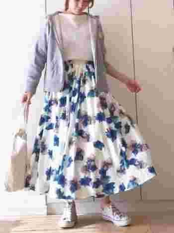 華やかな印象の花柄フレアスカートには、シンプルな白トップスとグレーパーカーを合わせてすっきりと。普段使いには少し派手になってしまうような柄物スカートも、グレーパーカーでカジュアルさを取り入れれば気軽に着こなすことができますね。