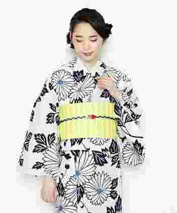 日本の国章にも使われている「菊」。高貴な花の代表です。 仏壇に供えることが多いため地味なイメージを持っている人もいるかもしれませんが、本来は格調高く縁起のいい花。邪気を払うともされています。浴衣のデザインとしては、清らかな美しさを印象付け、落ち着いた魅力を放ちます。 花言葉は「高潔」「高貴」。