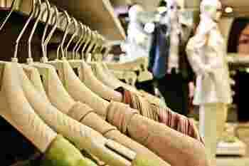 いつもよりも混雑していて試着が億劫になることもあるかもしれませんが、必ず試着をして商品をチェックしましょう。