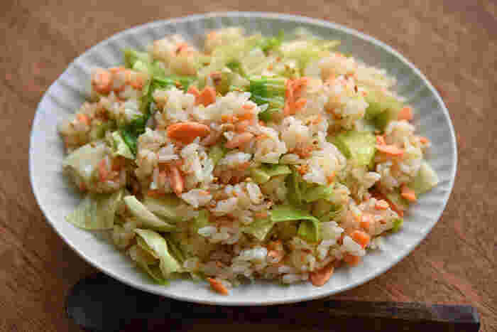 鮭にはしっかり生姜やごま油の香りをつけて香ばしさを出し、レタスは最後に加えてシャキシャキとした食感を残すように炒めるのがポイントです。