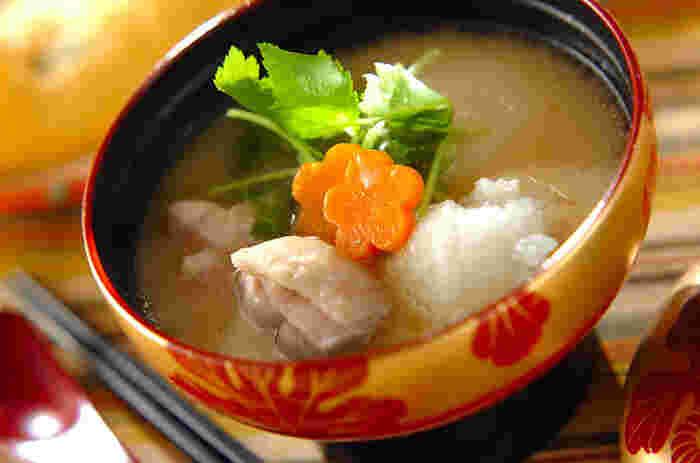 鶏もも肉のコクのある出汁に、さっぱりした大根おろしが溶け合って、絶妙なバランスのおいしさに。とろみもあって体が温まり、栄養もたっぷり。お正月だけでなく、冬の間ずっと楽しめるお雑煮ですね。