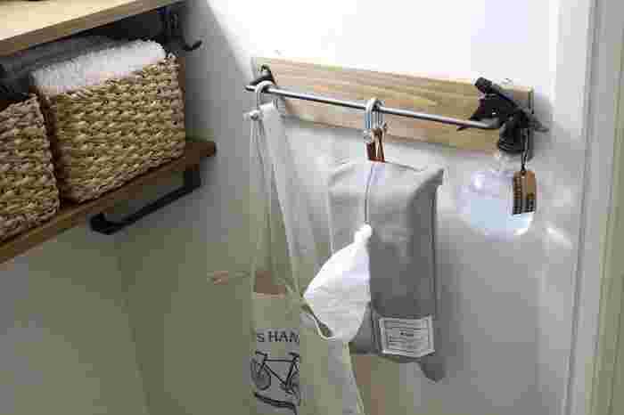 お掃除スプレーと同様の作り方で、消臭スプレーにもなります。ポイントは使用するアロマをペパーミントやティートリーなど、消臭効果が強い香りにすること。トイレや寝室など、匂いが気になる場所に常備しておけばいつでもシュッとできます♪