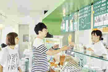 ■Nutura/ナチューラ( @kawatokito ) みわこさん曰く「いつ何を食べても美味しい」というジェラートは、季節の果物などを使った甘さ控えめのもの。毎朝店鋪で作っているこだわりいっぱいの自然派ジェラートです。 撮影に協力いただいた北島店は、旧吉野川を望む場所にあり、緑に囲まれ川を眺めながらジェラートが食べられる素敵な空間でした。
