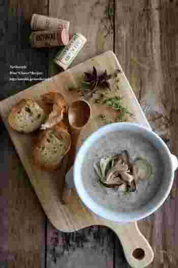 『きのことブルーチーズの濃厚クリームスープ』  しいたけと舞茸の香り豊かなスープに、生クリームとブルーチーズを加えて濃厚な味に仕上げています。カリカリのバゲットにつけて食べると贅沢な気分を味わえますよ。