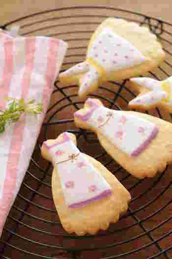 エプロン模様のアイシングを描く手順をご紹介しています。お母さんへのプレゼントにもぴったりのアイシングクッキーですね。