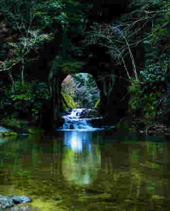 まるでジブリの世界といわれる神秘的な「濃溝の滝」は、千葉県君津市の清水渓流公園にあります。いかにも秘境を思わせる景観ですが、じつは都心からアクアライン経由で1時間程度で行くことができます。ぜひ、出かけてみたいですね。