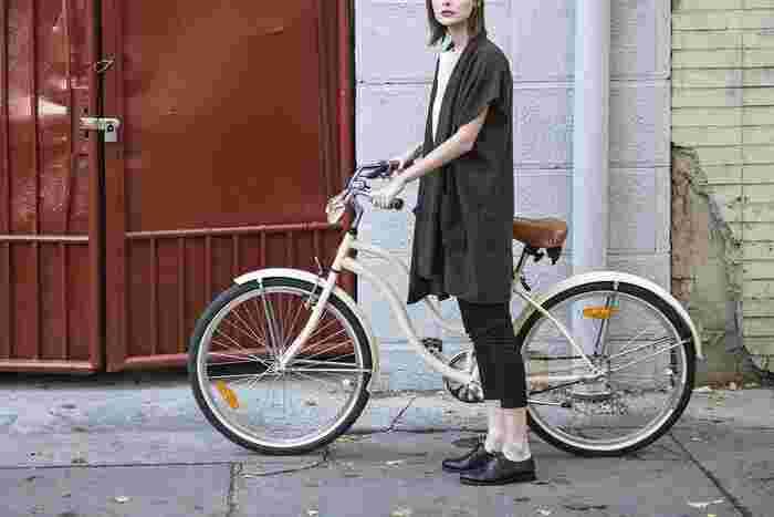 ですが自転車に乗る時、ちょっと気を付けたいのがお洋服です。ロングのフレアスカートなどは巻き込まれる可能性もしばしば。自転車の時はパンツスタイルにする、丈が短めのスカートであればレギンスを重ねるなど、快適に移動できるようぴったりなコーデを選んでお出かけしましょう♪