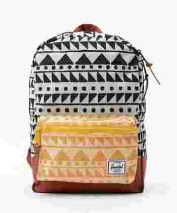 流行のシェブロン柄を採用したバッグも販売されました。いつものコーディネートにプラスするだけで旬な着こなしに。