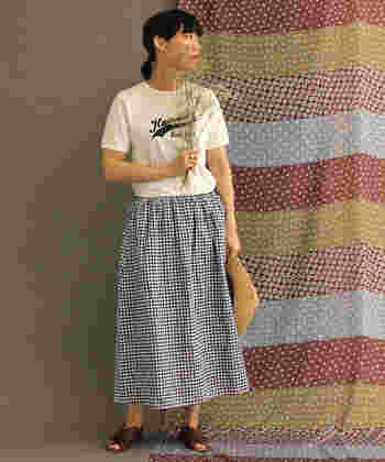 一歩間違えると甘々な感じになってしまう、ギンガムチェックのスカート。ボーイッシュなTシャツを相棒にすれば、程よくカロリーダウンできますよ♪