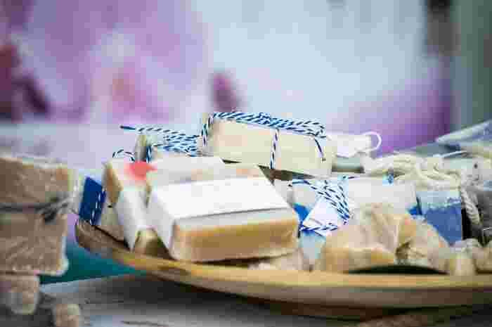"""でも、かつて筆者がホームステイしていた家庭では、洗面台の傍らにカラフルな石鹸が山盛りに――。これは""""洗う""""というより、""""ルームフレグランス""""としての使い方です。  一般的な芳香剤よりも優しく、まさしくお風呂上がりのような心地よい香りがとても印象的。シャワールームに近づくたびに深呼吸していたほど。"""