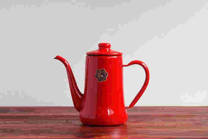 ガラス質独自の艶感が魅力の琺瑯は、鮮やかな色が似合うマテリアルです。直火OKなので湯沸かしも可能。お好みのポットで、ホットコーヒーをゆっくりドリップする時間を楽しんでみて。