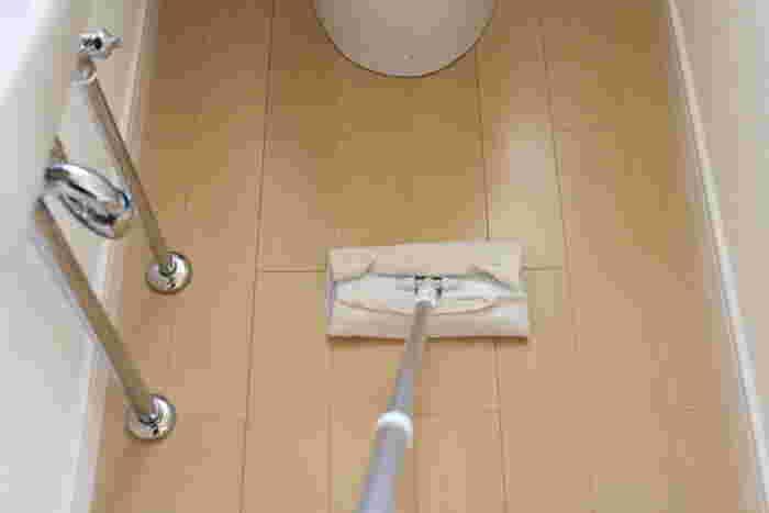 トイレの床には、フローリングワイパーに使い古しの雑巾などを付けて、使い終わったらそのままごみ箱へ。簡単で衛生的ですね。