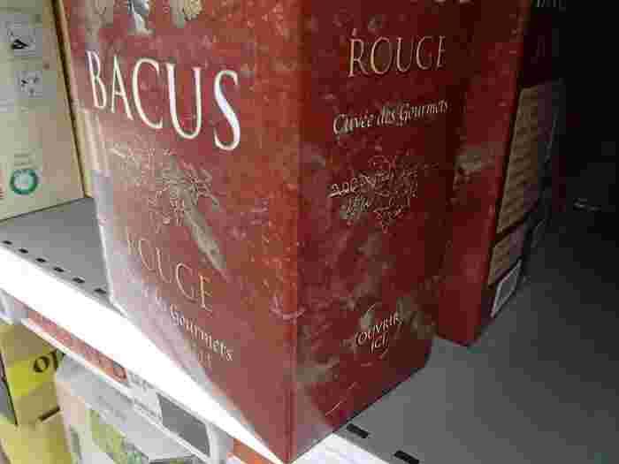 気軽にリーズナブルなワインでOKという時は、紙箱のなかにワイン入りの厚手のポリ製バックが入っているボックス・ワインを選ぶ選択もあります。これならワインが減っていくのに伴い、ポリ製バッグがへこんでいくので空気に触れません。また、スクリューキャップのワインは、コルク製ではないので空気を通さず、空気がボトル内に入りにくいです。