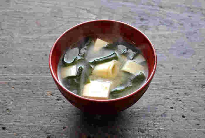たけのこの旬は短いので、時季を逃さず食べたいですよね。たけのこの中でも先端の「姫皮」は柔らかくとてもおいしい部分です。  豆腐、わかめなど食感が柔らかい素材と組み合わせたお味噌汁はやさしさあふれる1杯です。  お豆腐と汁が温まってから、下ゆでした姫皮とわかめを入れていただきましょう。