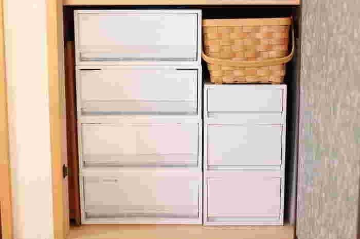 無印の収納ケースは、奥行きが65センチあるので押入れの収納にぴったり。衣類がたっぷり収納できます。