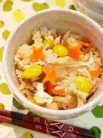 秋シーズン限定の美味しさをぜひ炊き込みご飯で楽しみましょう。可愛く型抜きした人参が、紅葉のように見えて素敵ですね♪