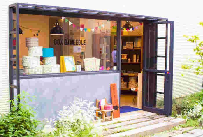 東急田園都市線・二子玉川駅から北方向に3分ほど。前出の「the linen bird」のすぐそばにある建物に、2009年オープン。店名の「BOX&NEEDLE」は羅針盤の意。