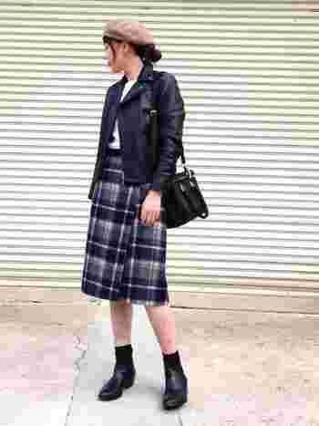 チェック柄のラップスカートは、ちょっと辛口なライダースジャケットとも好相性。ネイビー系チェックの落ち着いた色合いが、知的で大人な雰囲気です。ベージュのベレー帽や、サイドゴアブーツ×ソックスなど。おしゃれな小物使いもさっそく真似したくなりますね♪