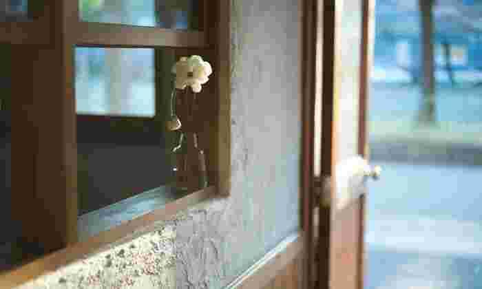 ヨーロッパの街並みを眺めて思うのは、家々の窓が魅力的なこと。そこには、住む人の暮らし方や温度感が表れています。好きなお花を少しだけ窓辺に置いてみる。そんな小さな行為が心に豊かさを運んでくれることもありますよ。
