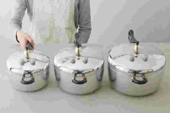 日本を代表する超ロングセラーの圧力鍋と言えば「ピース圧力鍋」。 煮る・炊く・蒸す・茹でる、さらにはケーキづくりなんかもこなしてくれる頼れる存在です。 内部の圧力を上げ、沸点を高めることにより100度以上の高温調理が可能。さらにはその気密性から、余熱調理の時間も長くとることができ、まさに時短と省エネが実現できるのが魅力です。  例えば、浸水無しで玄米を炊いても、芯が残らずふっくら美味しく炊き上がります。 時間のかかる煮豆も圧力鍋ならお手の物!煮魚は骨まで柔らか、手羽先などの骨つきのお肉も、短時間でほろほろに仕上がります。 一度使ったら、きっと毎日でも使いたくなる「ピース圧力鍋」。サイズは2.8L、4.5L、6.0Lの3種類がラインナップ。 炊飯時には、付属の内鍋を使用します。内鍋に米と分量の水を、本体と内鍋の間にも水を入れることで、湯煎状態で炊飯することができ、ふっくら炊き上がります。また、使用後も鍋全体を洗う必要がないので、お手入れも楽ちん! 蒸し料理には、同じく付属の蒸し板が便利!さつまいもやかぼちゃ、にんじんのような硬い野菜は勿論、トロトロに柔らかく仕上げたい茄子まで、短時間で中まで柔らかく蒸し上げることが出来ます。