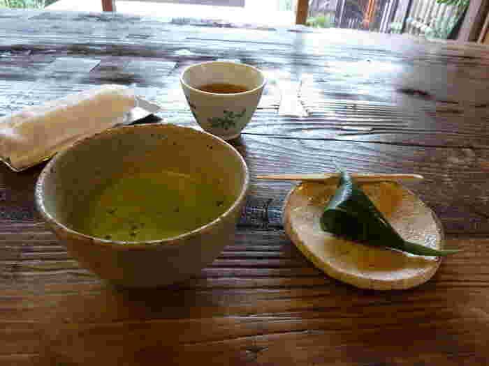 """夏季には、かき氷が加わりますが、通年のメニューは至ってシンプル。くずきり、クリームあんみつ、あんみつ、豆乳抹茶アイス、御抹茶の数種のみですが、どれも丁寧に作られていて、美味しいと人気。【""""麩万頭""""付きの『御抹茶』】"""