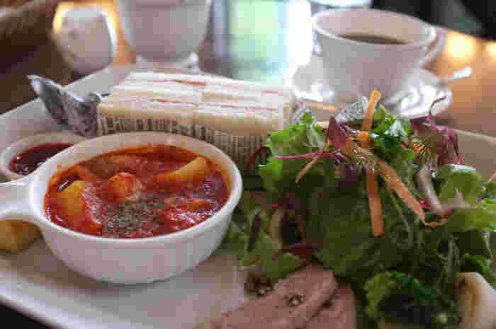 白いお皿だと食材の鮮やかさがよく映えて、見た目も綺麗ですね。