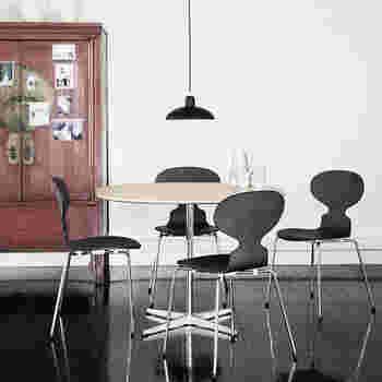 ヤコブセン名作のアントチェアにあわせて。どんなお部屋、どんなインテリアでも、1灯で空間を引き立ててくれる優秀ライトです。