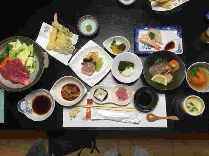 食事処で頂く夕食は、どれも品良く盛り付けられ、小鉢などを使い、まるで懐石料理を楽しんでいるみたいな気分に♪