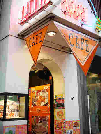 フレンチトーストで有名なのが、新宿三丁目にある「カフェ アリヤ」です♪お客さんの評判も高く、行列ができる人気店です。