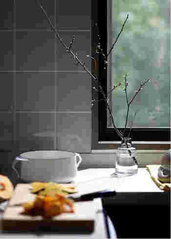 キッチンにも自然を感じるスペースを。このくらいの枝であれば、安定感があるため生けても大丈夫。