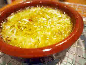 しらすのアヒージョ。アヒージョは、スペインのオリーブオイル煮です。オリーブオイルが少し必要ですが、作るのはとても簡単。フライパンに入れたオリーブオイルに塩、ニンニク、唐辛子で香りをつけ、釜揚げしらすを投入するだけです。パンと一緒に、ワイングラスで日本酒を楽しんでみては。