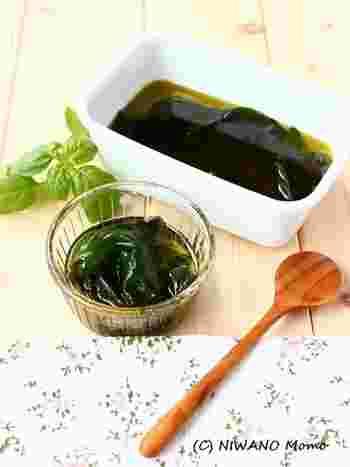 ちなみに、塩も加えず、オリーブオイルだけで漬けるのも◎  素材そのものにしっかりフレーバーがあるので、バジルは、ぴったりの食材。