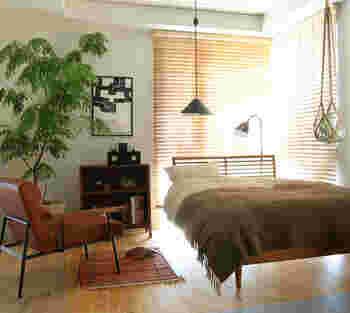 一日の疲れを癒すベッドルームにも観葉植物を取り入れて。寝る前にも、起きたときにも、心を癒してくれますよ。