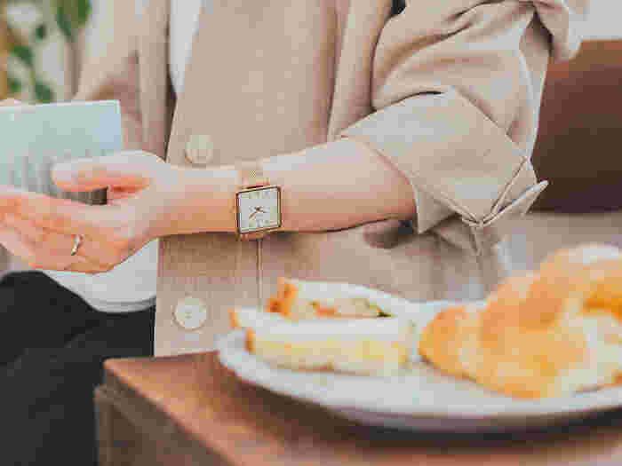 ホワイト×ピンクゴールドの組み合わせは、トレンド感のある華やかなカラーリング。白い文字盤以外のインデックスやケース、時分針、ベルトが全てピンクゴールドに統一されているので、すっきりとシンプルにまとめられています。どんな洋服とも馴染みやすく、コーディネートに悩むことなく着用できそう。