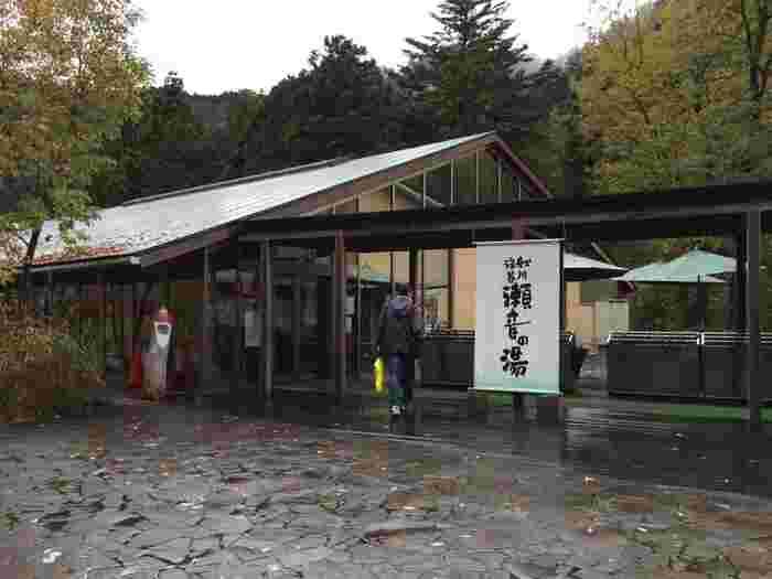 東京都とは思えない自然溢れた秋川渓谷にある「瀬音の湯」。こちらには、拝島駅からJR五日市線に乗り換え、武蔵五日市駅下車で行くことが出来ます。