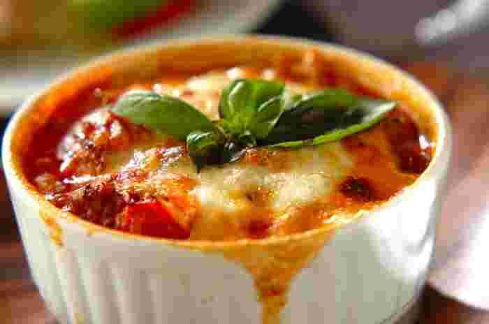 加熱すると酸味がたってぐぐっとジューシーになるトマトをグラタンに。まずはザクザクと大胆に切ったトマトとタマネギ、シメジ、ミンチをあわせて水分がなくなるまで炒めます。あとは耐熱容器に入れて溶けるタイプのチーズをのせて焼く。このレシピではモッツアレラとピザ用のチーズを使っています。中身には火が通っているのでチーズに焦げ色がつけばできあがり。オーブントースターでもできそうですね。