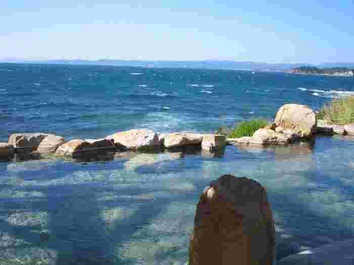 一番の魅力は、源泉かけ流しの混浴露天風呂「浜千鳥の湯」。目の前に広がる海は昼は青く、夕方には茜色に染まり、時間ごとに異なる趣を味わえます。朝一番などにはこの景色を独り占めできることも!混浴ですが、男女ともレンタルの「湯あみ着」を着用して入れるので安心。