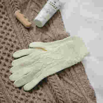 ハンドクリームの効果をより高めたいなら、おやすみ用の手袋を使うのが◎。クリームを塗った後に装着し、そのまま就寝。翌朝には手元がしっとりモチモチに!