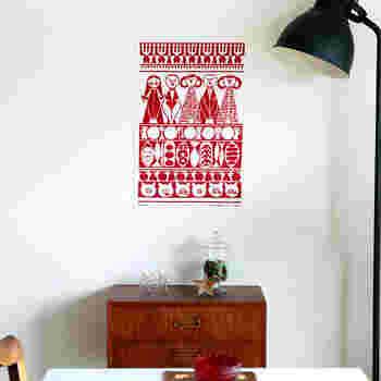 本来であればキッチンタオルはお皿を拭いたりといった目的で使われますが、こんな素敵な絵のようなデザインだからこそ、こんな風にタペストリー風に飾っても素敵ですね。両面テープを使えば、壁にペタッと簡単に貼れます!北欧の文化や暮らしぶりを身近に感じてみませんか?