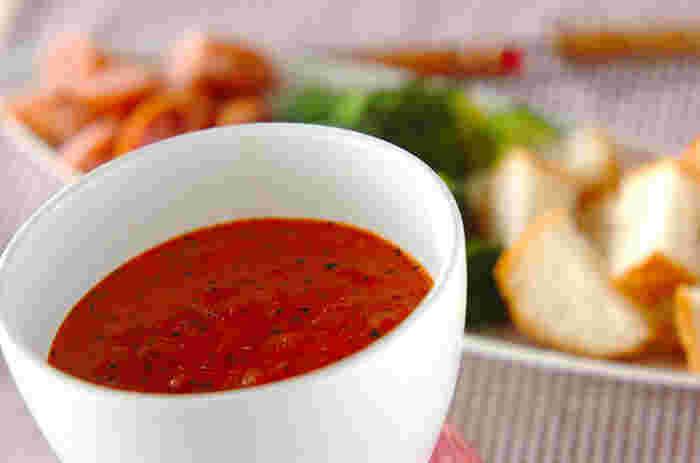トマト好きにはたまらない、トマトベースのチーズフォンデュ。お好みの具材につけて召し上がれ。残りはご飯にかけてもおいしいです。