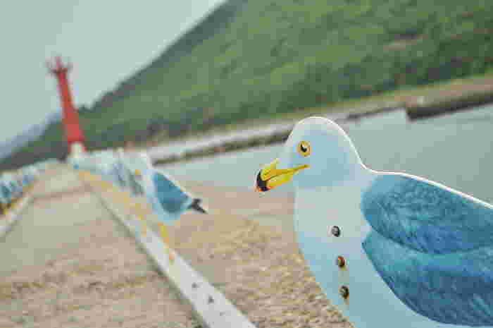 「カモメの駐車場」と呼ばれる防波堤にずらりと並んだ約300羽のカモメが、女木港に到着した皆さまをお出迎えしてくれます。風向きにより、一斉に方向を変えるカモメ達は、一瞬本物かと目を疑ってしまうほど。カモメは女木島にある、複数の防波堤から海を眺めています。2013年の瀬戸内国際芸術祭で、デザインされたアート品なのです。
