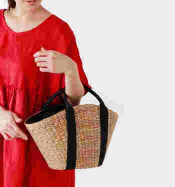 コットン帆布のベーシックな形のかごバッグは、夏らしいコーデが作れるマストアイテムなので、1つ持っておくと季節感のあるスタイリングが簡単に作れます。