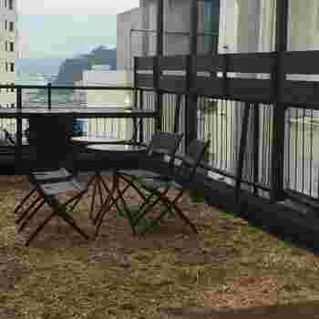 駅から5分ほど歩いたビルの5階にある「Haco-cafe (ハコカフェ)」は、海が見える屋上のテラス席がおすすめです。